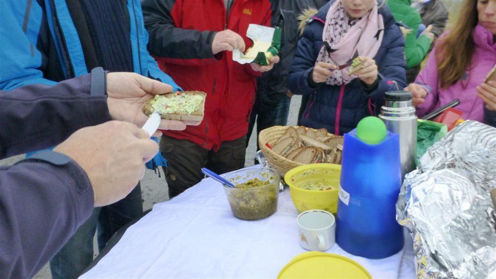 Lecker: Pause mit Tee, Holzofenbrot und selbstgemachten, veganen Brotaufstrichen – – Bild: M. Rosenberger, Lions Club Kronach Festung Rosenberg
